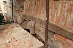 Foto 4/8: Opravená cihelná klenba nad nově sestaveným pískovcovým klenutým portálem