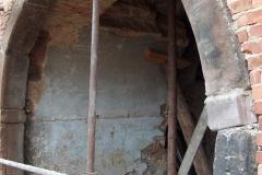 Foto 7/8: Zpětně sestavený a osazený klenutý pískovcový portál