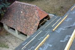 Foto 15/29: Fara po opravě krovu přikrytá pojistnou hydroizolací, pod ní opravená stodola
