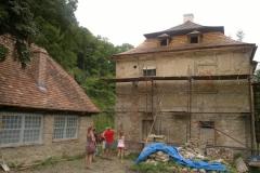 Foto 19/29: Západní strana fary v popředí s opravenou stodolou, 7 2012