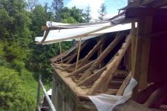 Foto 10/29: Pracovní zastřešení opravované části krovu