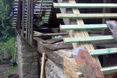 Foto 12/29: Stodola - detail opraveného kamenného zdiva, protézy vazného trámu a paty kro...