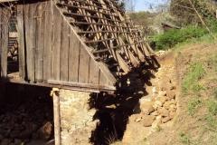 Foto 5/29: Stodola - přezdění a odvodnění stěny přiléhající ke svahu