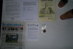 Foto 10/14: Dokumenty vložené do makovice pod kříž 2011