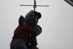 Foto 12/14: Osazování kříže 2011