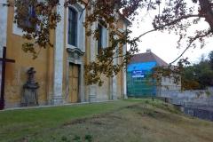 Foto 4/9: Kostel a opravovaná fara v pozadí