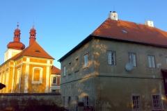 Foto 5/9: Dokončená oprava střechy farního úřadu, kostel v pozadí