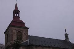 Foto 2/10: Opravená střecha, hlavní věž bez kříže a makovice