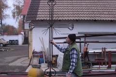 Foto 3/10: Demontovaný kříž a makovice hlavní věže