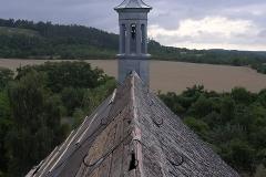 Foto 5/10: Pohled z hlavní věže na sanktusku před opravou střechy lodě