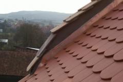 Foto 1/28: Detail opravené štítové zdi a přilehlé střechy