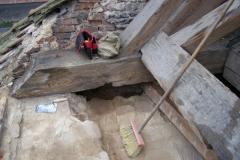 Foto 2/28: Obnažené a vyčištěné zhlaví vazného trámu a koruny římsového zdiva