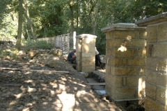 Foto 10/23: Stavba části plotu a vjezdové brány 2011