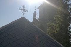 Foto 9/22: Opravená střecha márnice s křížkem na vrcholu, 8/2013