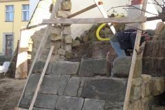 Foto 12/22: Vyzdívání pilíře ohradní zdi, 11/2013