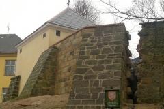 Foto 14/22: Opravená márnice a část navazující ohradní zdi, 12/2013
