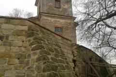 Foto 21/22: Obnovená část ohradní zdi s kostelem svatého Jiljí v pozadí, 11/2014