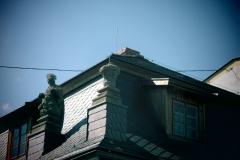 Foto 19/20: Dokončená střecha - detail osazení pískovcových soch, 2013
