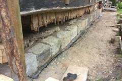 Foto 5/13: Nová pískovcová podezdívka připravená pro osazení nových patních trámů rouben...