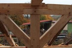 Foto 12/16: Detail spoje stojky s panty a vazným trámem na dubové kolíky, přístavek VII