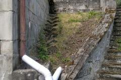 Foto 3/13: Levé schodiště a levá stěna hrobky před zahájením prací, 6/2014