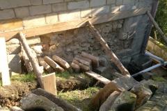 Foto 9/13: Podepření obkladového zdiva a výkopy pod jižní stěnou, 8/2014