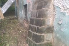 Objekt po stažení ocelovými táhly, opravený pískovcový opěrák