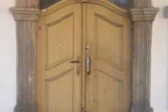 Foto 3/9: Dům č.p.6 před zahájením oprav (vstupní dveře), 5/2015